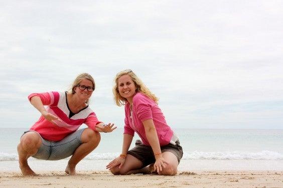 Katharina und Vera am Strand